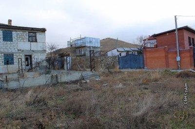 участок с недостроенным домом